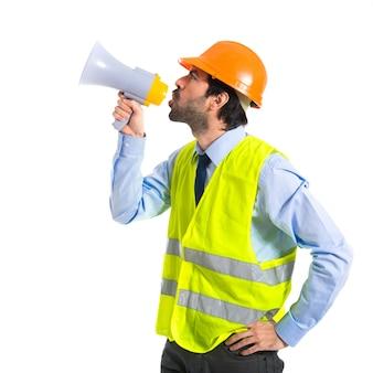Pracownik krzyczy na białym tle