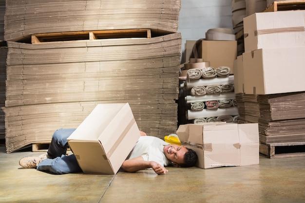 Pracownik leżący na podłodze