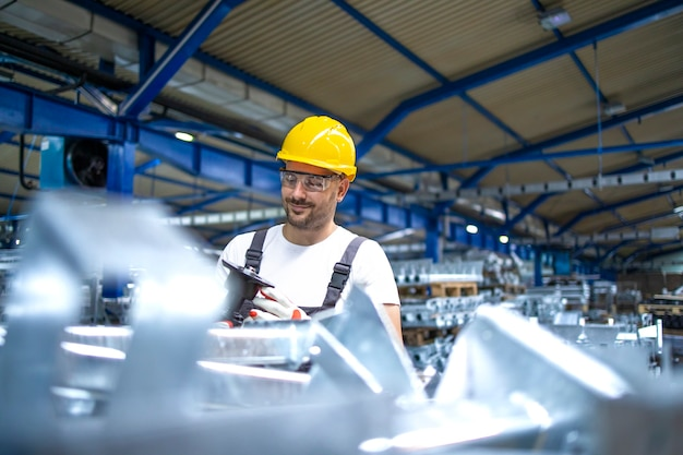 Pracownik linii produkcyjnej pracujący w fabryce