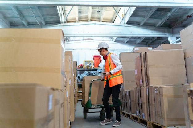 Pracownik logistyki dostarczający pudełka