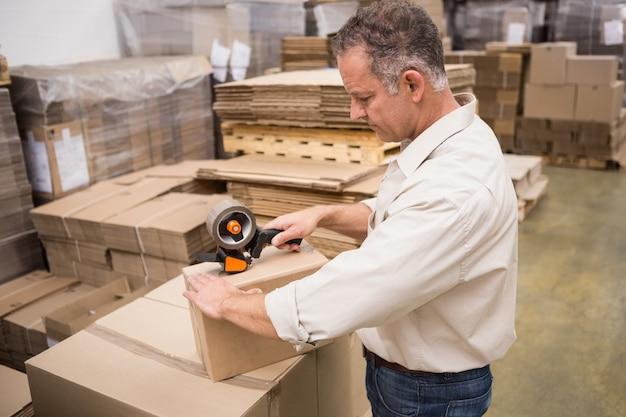 Pracownik magazynu, przygotowanie przesyłki