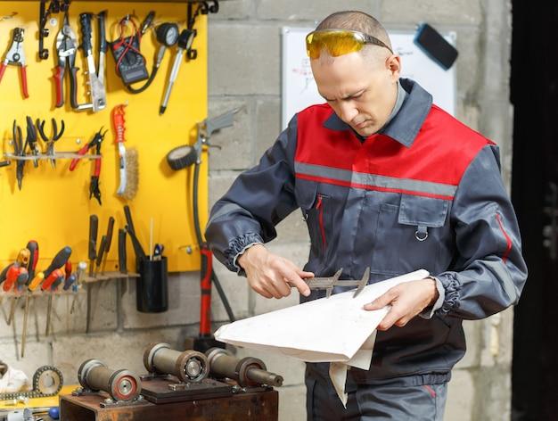Pracownik mechanika studiujący instrukcje w domu budowlanym