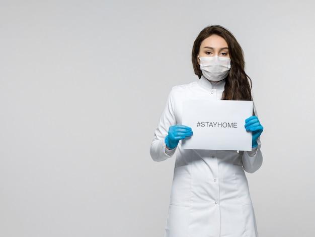 Pracownik medyczny trzyma stayhome ulotkę