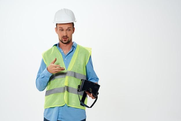 Pracownik męski inżynier okulary do wirtualnej rzeczywistości profesjonalna konstrukcja
