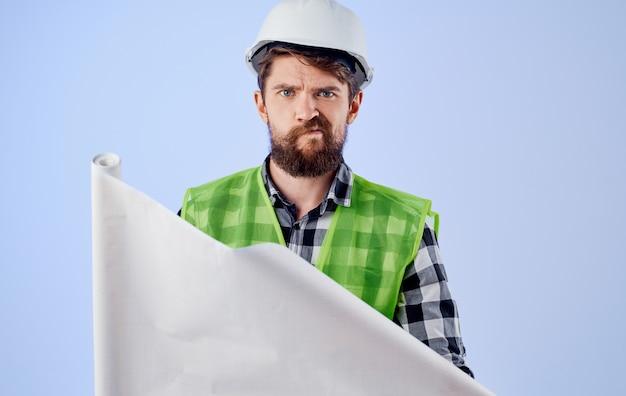 Pracownik mężczyzna profesjonalny inżynier pracy projekt na białym tle ściana.