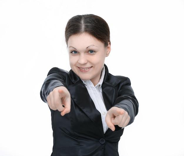 Pracownik młoda kobieta, wskazując ramiona do przodu. na białym tle