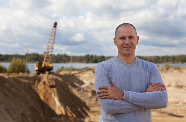 Pracownik na piasku pit