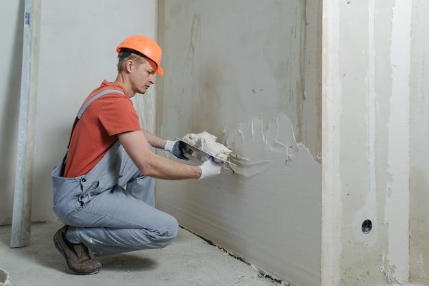 Pracownik nakłada plaster gipsowy