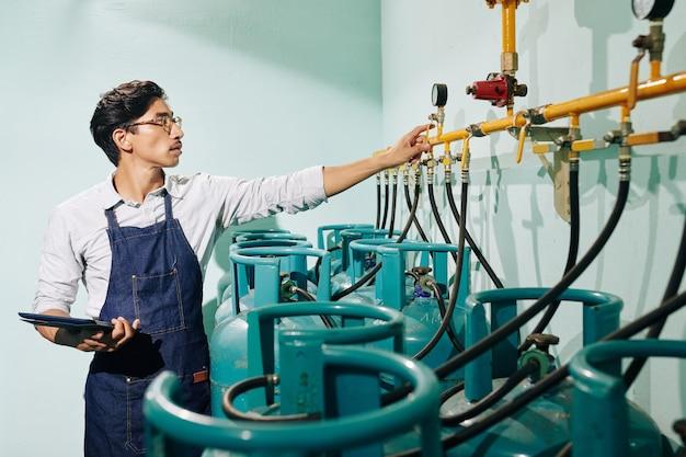 Pracownik palarni sprawdza ciśnienie