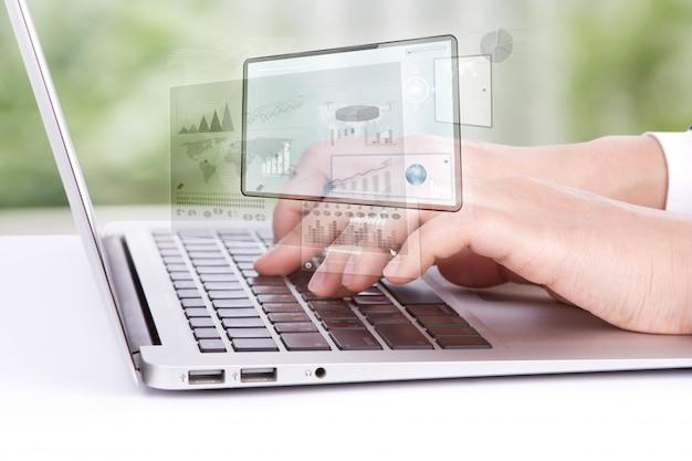 Pracownik patrząc na laptopa grafiki