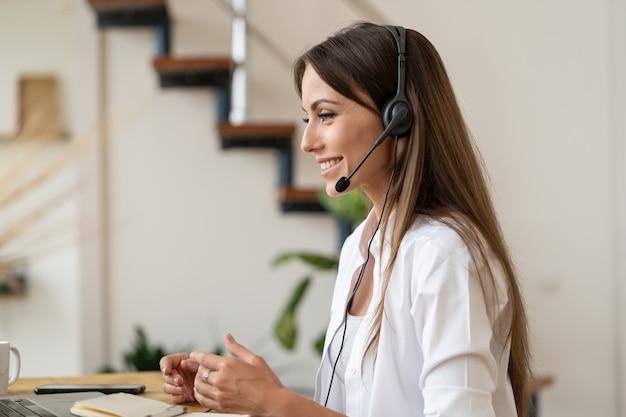 Pracownik patrząc na laptopa ze słuchawkami