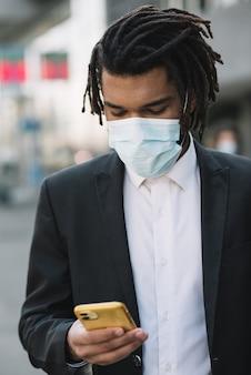 Pracownik patrząc na widok z przodu telefonu