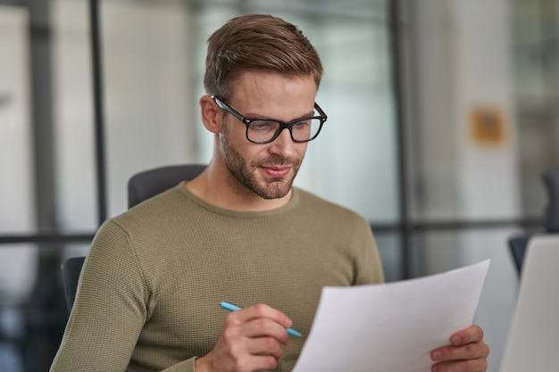 Pracownik piszący roczny raport na spotkanie z pracownikami