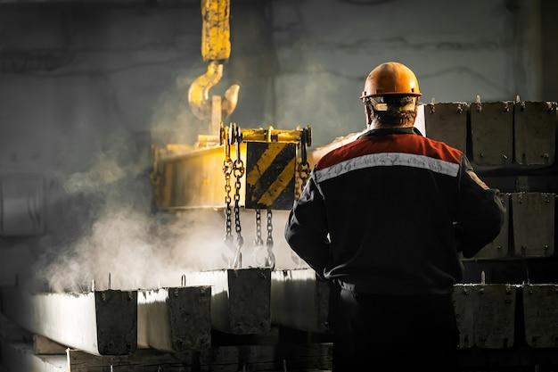 Pracownik płci męskiej kontroluje proces produkcyjny w fabryce