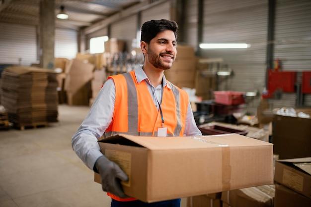 Pracownik płci męskiej noszenie sprzętu ochronnego w pracy