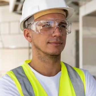 Pracownik płci męskiej w budowie noszenia sprzętu ochronnego