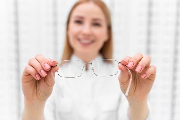 Pracownik pracujący w sklepie z okularami