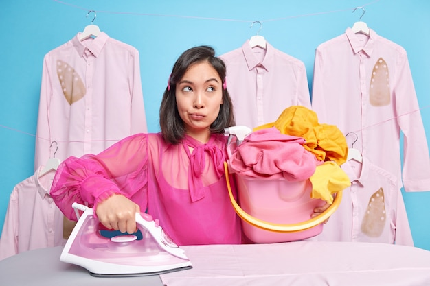 Pracownik pralni kobiet.