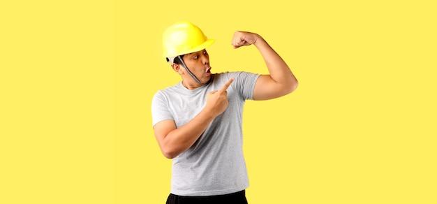 Pracownik przemysłu wskazując na jego ramię