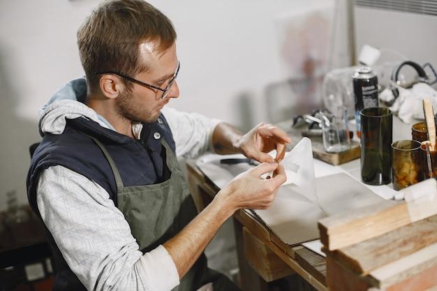 Pracownik ręczny z pustym szkłem. zbliżenie dłoni mężczyzny. pojęcie produkcji.