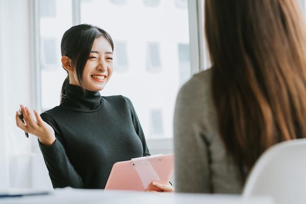 Pracownik rekrutacyjny przeprowadza rozmowę kwalifikacyjną z kandydatem