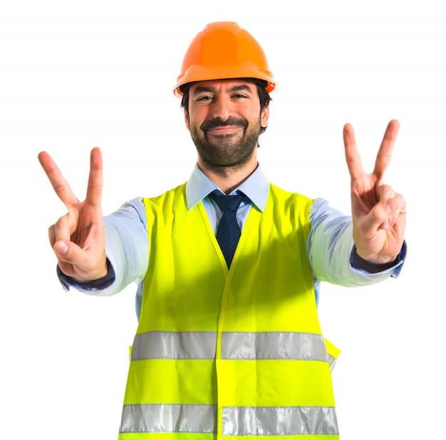 Pracownik robi gest zwycięstwa