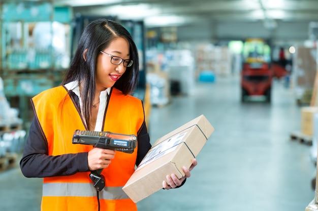 Pracownik skanuje pakiet w magazynie przekazywania