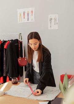 Pracownik sklepu odzieżowego pracuje