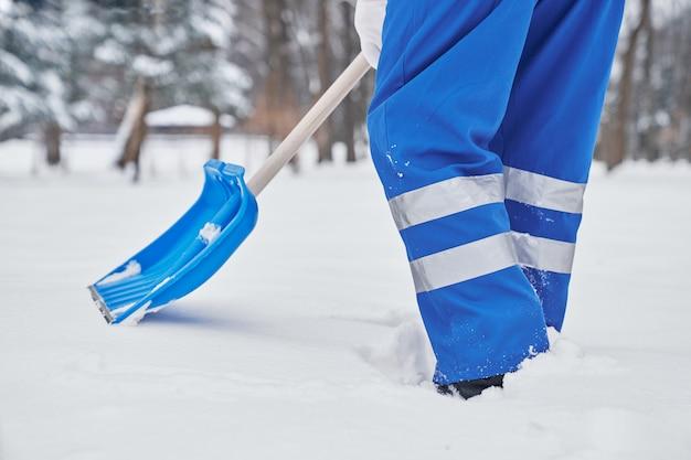Pracownik służb miejskich w trakcie usuwania śniegu