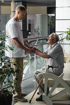 Pracownik służby zdrowia i pacjent w podeszłym wieku