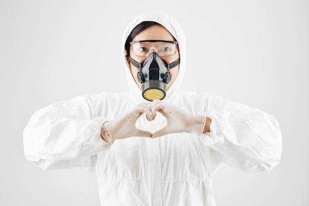 Pracownik służby zdrowia wysyłający miłość