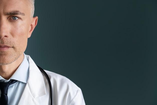 Pracownik służby zdrowia z miejsca na kopię
