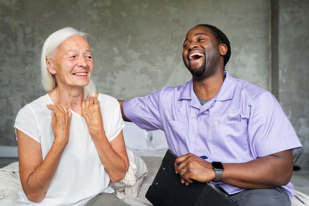 Pracownik socjalny opiekujący się starszą kobietą