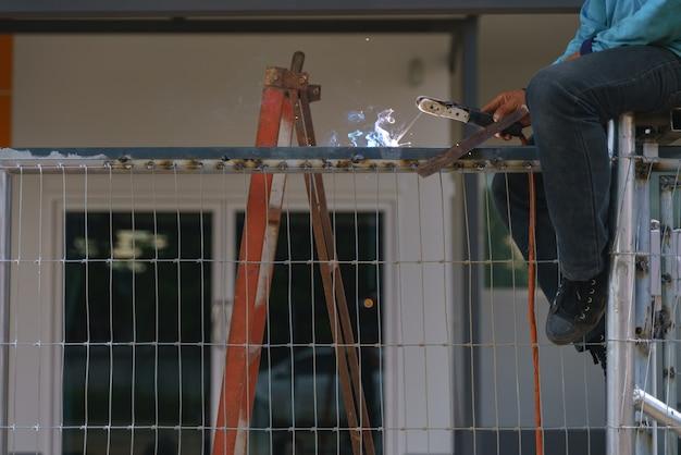 Pracownik spawania metalu pracy