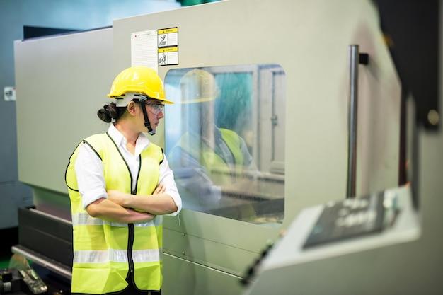 Pracownik sprawdza produkcję maszyn w fabryce