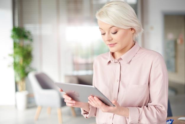 Pracownik sprawdza wyniki na cyfrowym tablecie