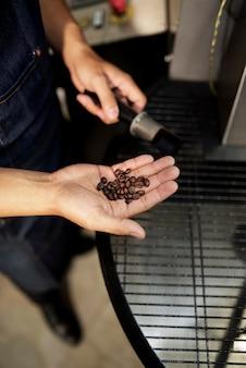 Pracownik sprawdzający jakość ziaren kawy