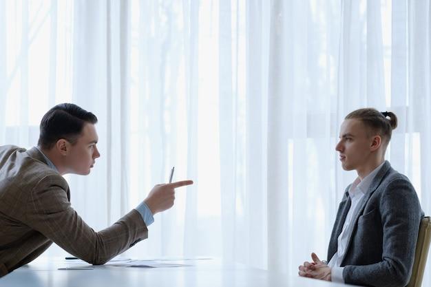 Pracownik szefa wygłaszający wykład upomina biznes