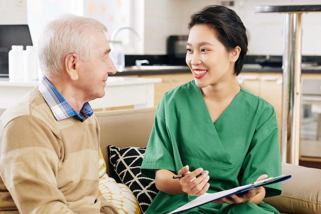 Pracownik szpitala wyjaśniający szczegóły recepty lekarskiej