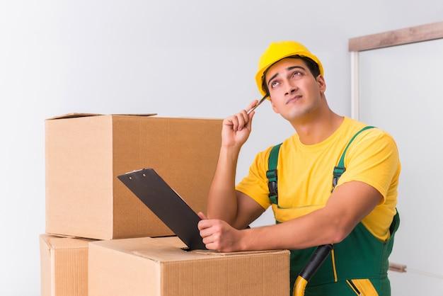 Pracownik transportu dostarczający pudełka do domu
