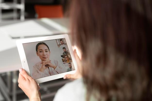 Pracownik Trzymający Tablet Z Bliska Darmowe Zdjęcia