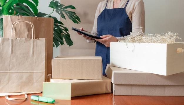 Pracownik usługi dostawy pakowanie torby pole fartuch pakowacz ręka poczta