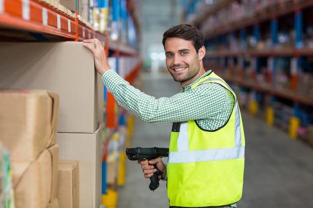 Pracownik uśmiecha się i pozuje podczas pracy