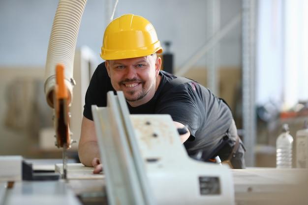 Pracownik używa elektrycznego piły portret
