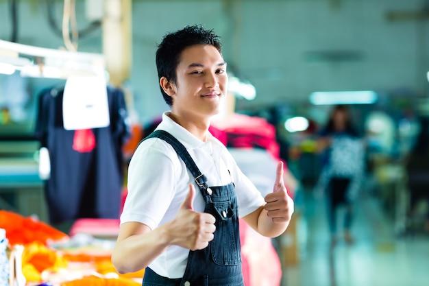 Pracownik w chińskiej fabryce odzieży