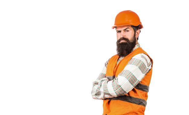 Pracownik w mundurze konstrukcyjnym. architekt budowniczy. brodaty mężczyzna robotnik z brodą w budowie kasku lub kasku.