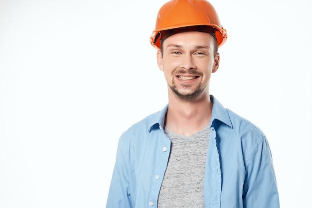 Pracownik w niebieskiej koszuli emocje profesjonalne na białym tle