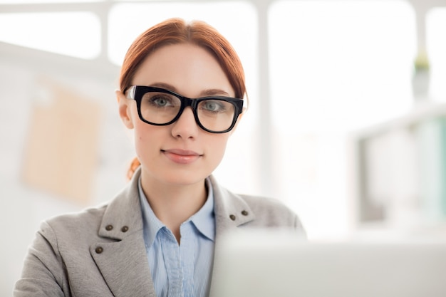 Pracownik w okularach