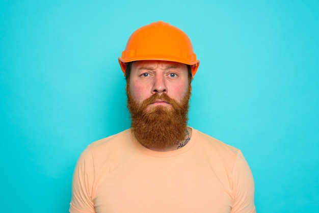 Pracownik w żółtym kapeluszu jest zdezorientowany swoją pracą