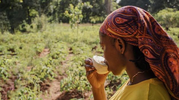 Pracownik wsi, ciesząc się owocem